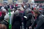Brève : Plus de trois cents personnes se sont réunies au cercle de silence de Lyon en réponse à Laurent Wauquiez (par Sacha et Spone)